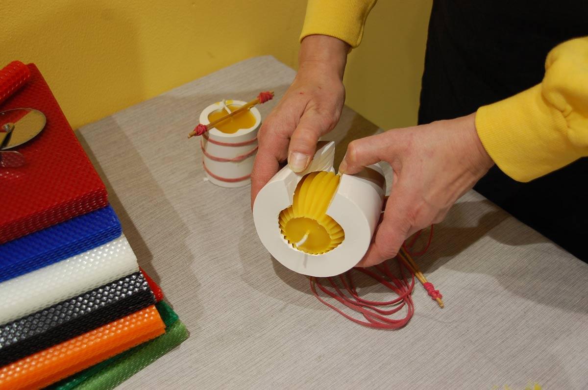 Kun vaha on jäähtynyt, irrotetaan muotin ympärillä olleet kumilenkit ja sydänlankaa tukenut pidike. Valmiin kynttilän saa irti silikonimuotista avaamalla se sivussa olevan halkion avulla.