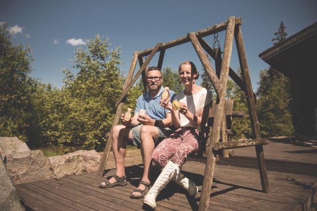 Aapo Savo ja Kirsi Lönnmark Hunajayhtymältä kannustavat vastuullisiin valintoihin myös kahviloiden ja ravintoloiden hunajatarjonnassa.